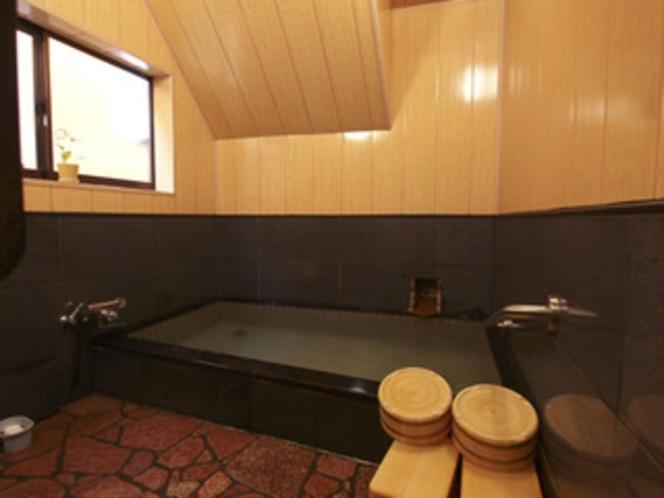 浴室は1階に2室あります。 空いている浴室をご利用ください
