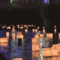 8月初旬、「佐津川七夕まつり」が行われます。灯篭流しも行います