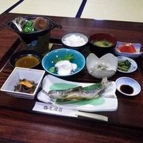 *【夕食一例】自慢の山菜が岩魚のお刺身をはじめとした和食膳