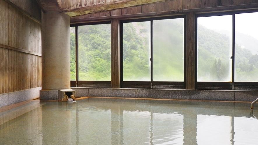 *【大浴場】開放的な窓からは四季折々の景色が広がる
