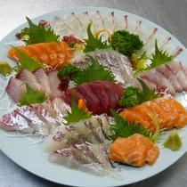 【夕食一例】タチウオなど季節の刺身盛合せ