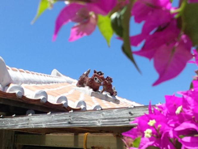 小浜荘の外観(屋根の上の親子シーサー)