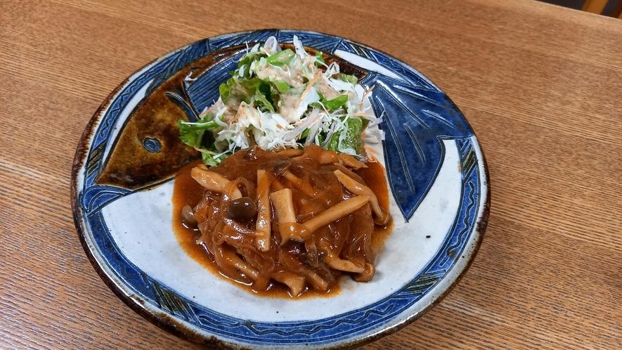 夕食一例(大皿②)煮込みハンバーグ