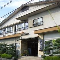 *【外観】都心から約1時間半とアクセス良好!塩山温泉郷にある湯宿です。