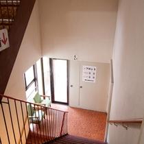 3Fのフロントから2F、1Fの大浴場へは階段になります。