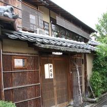 【外観】東山の祇園(ねねの道至近)にあり、観光名所にも食事にもベストな場所