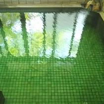 *日によってお湯の色がエメラルドグリーンに/大浴場一例