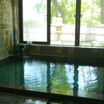 *少し熱めのお湯ですが、それこそが源泉かけ流し/大浴場一例