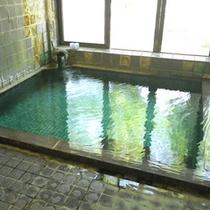 *源泉かけ流し100%の温泉で癒しのひと時を/大浴場一例