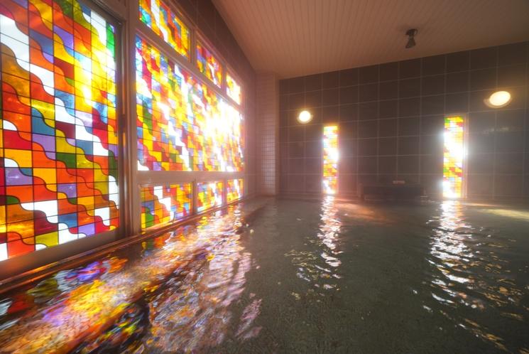 ステンドグラスの光溢れる大浴場