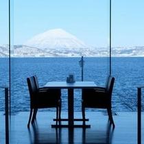 【レストラン】晴れた日には雪の羊蹄山を望みながら地産地消のブッフェをご堪能ください。