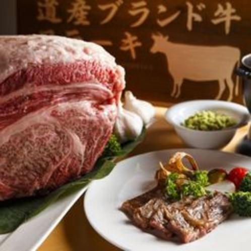 【夕食ブッフェ・一例】シェフが目の前で焼き上げるステーキ。(画像はイメージ)