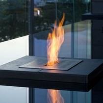 【ロビー】夕暮れ時には水盤に炎が灯り幻想的な雰囲気を醸し出します。