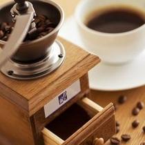 【客室】倶楽部館のお部屋にはコーヒーミルをご用意。引き立てを味わえます。