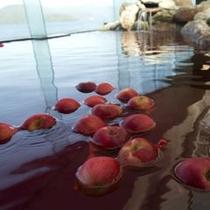 【大浴場】季節のお風呂、今の時期は「リンゴ」風呂です。
