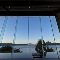 【ロビー】洞爺湖の朝日をロビーで。全面ガラス張りなので遮るものはありません。
