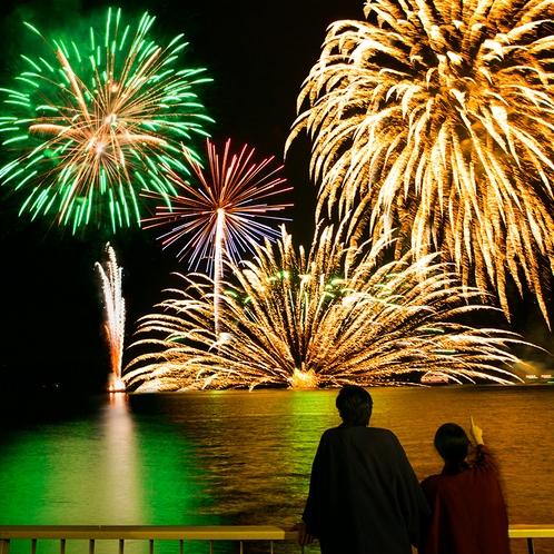 【洞爺湖ロングラン花火大会】湖上を移動しながら大輪の花火が打ちあがります。10/31まで