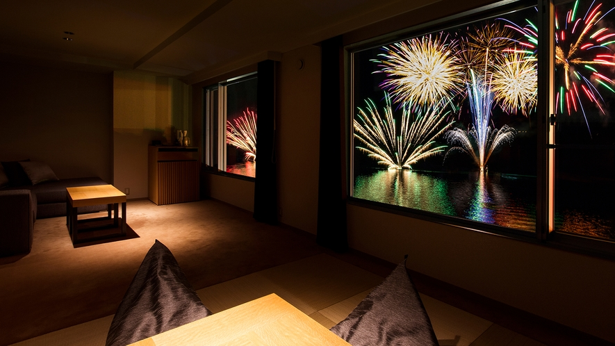 【倶楽部基本和洋室】お部屋の窓いっぱいに広がる花火。※花火大会は1031迄!