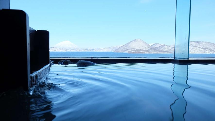 【貸切風呂】洞爺湖の冬の姿を眺めながら、かけ流しの湯につかる贅沢な時間。