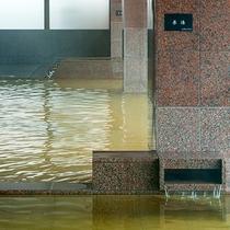 【大浴場】茶褐色の湯は混合泉。美肌、切り傷に効果あり