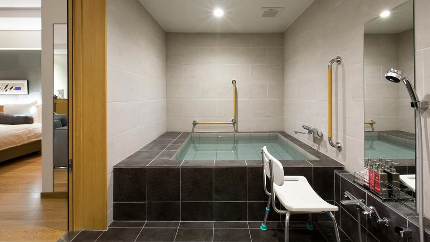 【バリアフリールーム】浴槽には手すりを設置しております。