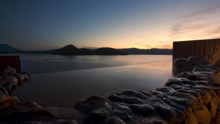 【天空露天風呂TENQOO】最上階の露天風呂に朝日が差し込む様はまさに絶景です。