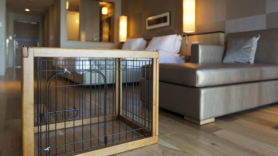 【客室】わんちゃんの泊まれるお部屋、ケージも犬種に合わせて3サイズご用意しております。