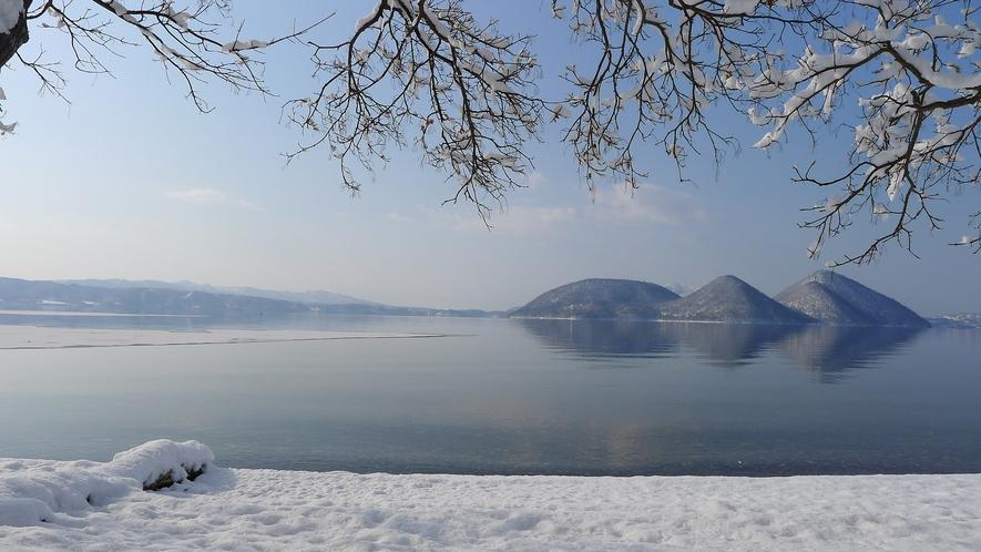 【冬】澄んだ空気と静寂に包まれる洞爺湖畔。新雪に踏み入れる足音だけが聞こえる。