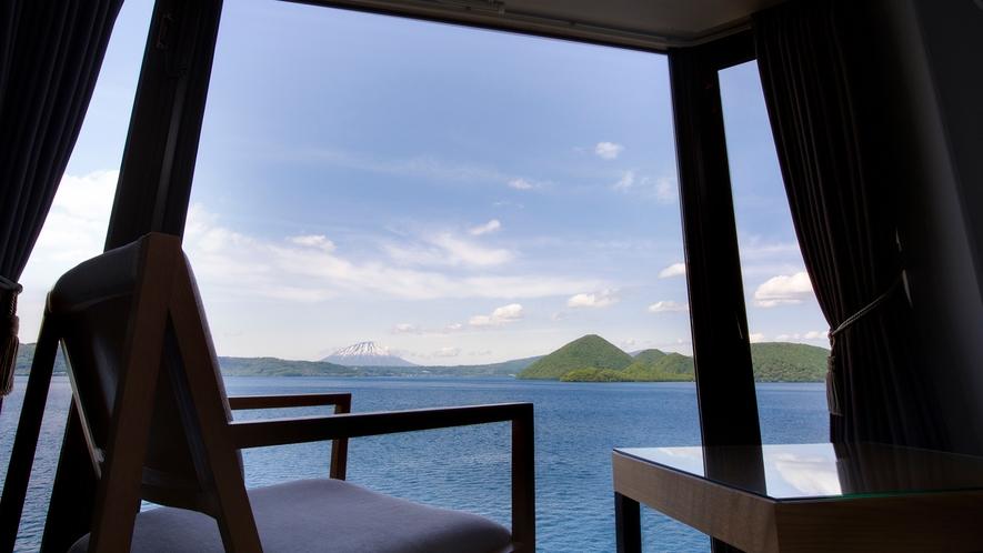 【客室】まずはイスに落ち着いて洞爺湖の絶景に癒されるひとときを。※写真は一例です