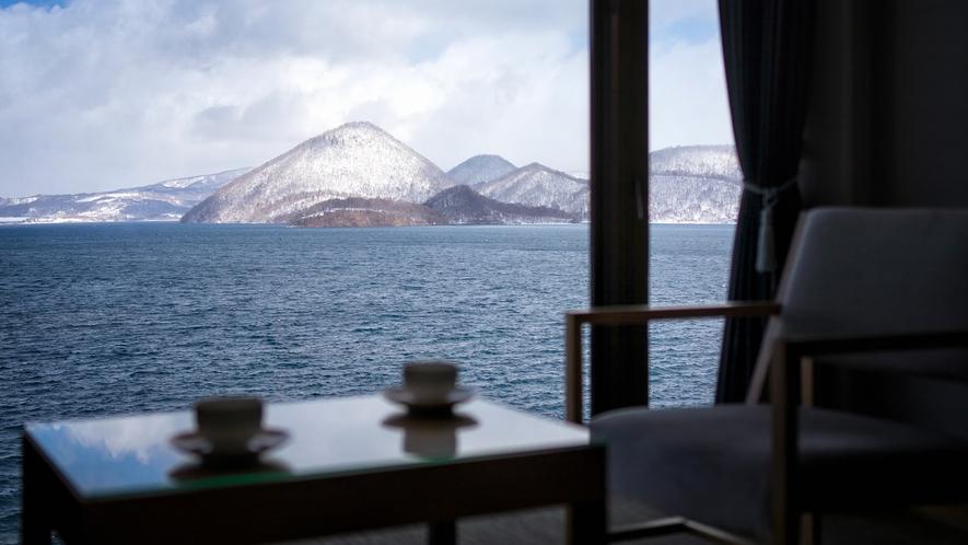 【客室一例】冬は洞爺湖の向こうに雪化粧の羊蹄山を眺めることができます。