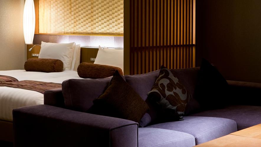 【倶楽部基本和洋室】夜になれば間接照明がお部屋を引き立てます。