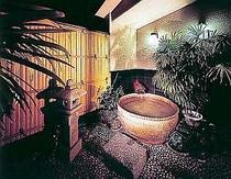 女子露天風呂・夜 庭園風の雰囲気が良。