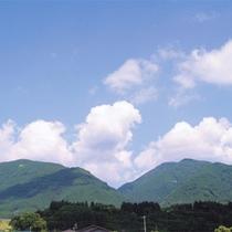 *周辺景色/青空のブルーと山の緑が美しい、のどかな五の宮岳の景色をお楽しみ頂けます。