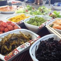 *朝食/バイキング形式の朝食。色とりどりの食材をお楽しみください。