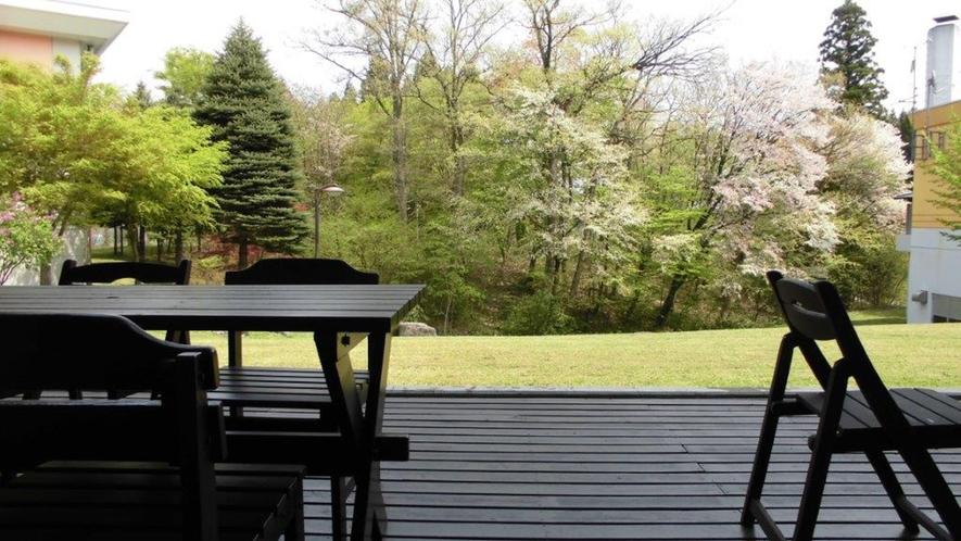 *【テラス】テラスからは春夏秋冬で自然の移り変わりをご覧いただけます。