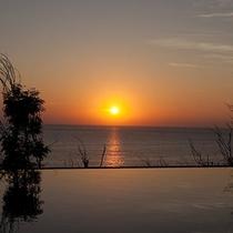 プールサイドから見る夕景