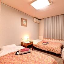 *[ツインルーム一例] 広さ約7.5畳のシンプルなお部屋。気楽にくつろぎたい方におすすめ。