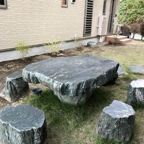 【コテージ】3人以上のグループ向けのテーブルもございます。
