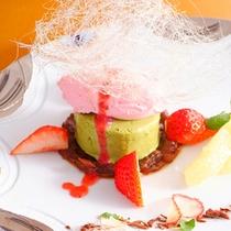 豊岡苺のミルクアイス-いちごソース