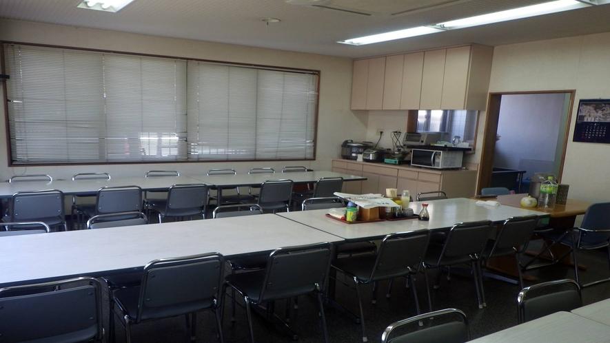*【食堂】  夕朝のお食事はこちらで。塩やふりかけなど、調味料はテーブルに完備!