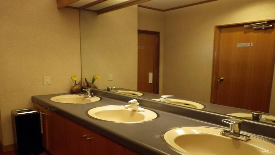 *【館内の様子/洗面スペース】  スペースを広めにとっております。