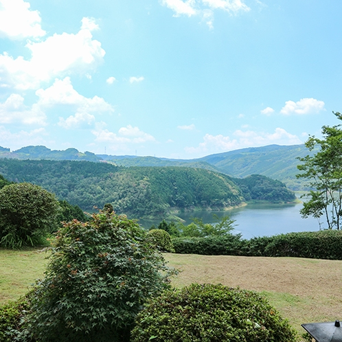 *【お部屋の景色】天気の良い日には川の向こうまで美しい風景が広がります。