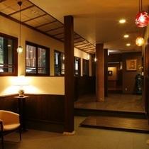 別館「花のれん」のカフェスペース。レトロな照明が漆喰に映えます♪