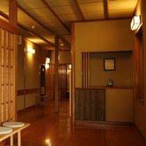 木の温もりを感じる廊下。昭和の5人の棟梁が競って作った名残が随所に。。