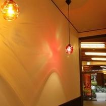 昭和の匠たちの名残を残してリノベーション。町屋かふぇの漆喰壁にランプの灯りが映えます。