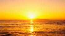 海と空がオレンジ色に染まる絶景の夕焼け