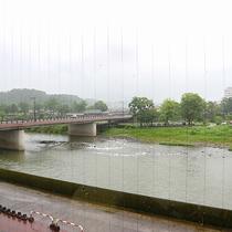 *【部屋からの景色(一例)】一部のお部屋からは球磨川を眺められます。
