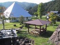 隣接する水車小屋のある東屋付き公園