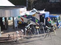 プラネタ前に並ぶ星空観察機器&天体観察車ドリームスター号