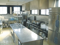 本館にある厨房 各種業務機器&食器類が綺麗に並ぶ館長自慢の厨房です。